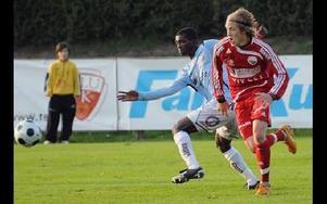 DUELL. Falund Fredrik Sixtensson försöker hinna före Yusiff Chibsah till bollen.Foto: SVEN-ERIK KARLSSON