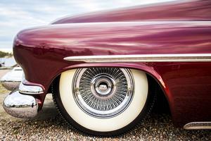 Chassit är original och ombyggt med luftfjädring monterat så att det är höj och sänkbart. Parets tanke har varit att bilen skulle ha kunnat vara byggd under 50-talets mitt och därför har de inte bytt ut drivlina, bakaxel eller bromsar.