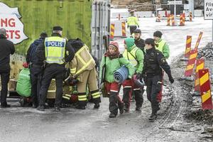 Aktivister från Greenpeace blockerade under måndagen infarter och järnväg på Östrandsfabriken i Timrå.