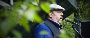 Steve Thoreson sjöng flera låtar på utomhusscenen under midsommarfirandet vid Växbo kvarn.