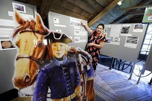 Årets utställning på Skebomuseet berättar om olika perioder av krig. Ulla Silow är ordförande i museiföreningen.