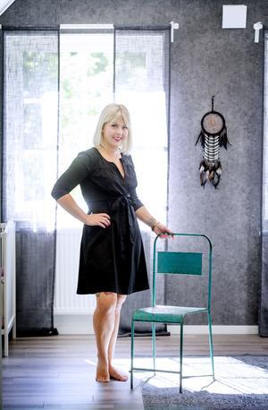 Jessica Revahl älskar att gå på loppis. Favoritloppisfyndet är den här rostiga stolen som finns i sovrummet.
