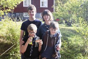 Familj. Karin tillsammans med barnen Axel, Hugo och Emil.$RETURN$$RETURN$ Det betyder jättemycket att komma hit och göra saker tillsammans med mina och andras barn. Karin Thuresson