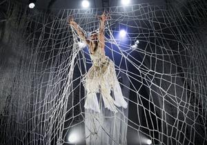 """Luftakrobaten Matleena Laine trasslar in sig i Cirkus Cirkörs nya föreställning """"Knitting Peace""""."""
