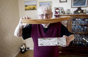 Thure Leijner visar upp den skalenliga modellen av Harpsundsekan som han fick lov att göra för Tage Erlander och Olof Palme.
