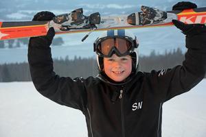 Kramfors Selma Näslund vann dubbla DM-guld i slalom i Vårdkasbacken och var förstås väldigt glad efteråt.