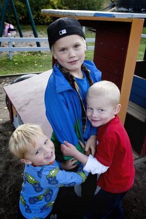 TILLBAKA. Både gamla och nya barn var bjudna på 20-årskalaset. Olle Gidlund slutade på Pinnhagen för några år sedan men passade på att hälsa på vilket uppskattades av de yngre barnen.