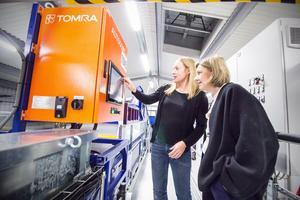 Projektledaren Maria Elander visar miljöministern Karolina Skog (MP) textilsorteringens