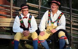 Jan-Erik Jonsson och Alf Tangnäs från Floda spelmanslag i sina Flodadräkter. Foto: Lisa Persson