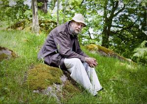 Torgny Lindgren i hagen intill hemmet utanför Rimforsa. Här låg en gång traktens gamla kyrkogård. Foto: Stefan Jerrevång/Scanpix