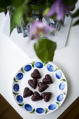 Några chokladpraliner passar perfekt på fatet Prunus som designades av Stig Lindberg för Gustavsberg.