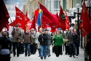 """Fler än på många år. Årets första maj-tåg i Östersund lockade cirka 300 personer som skanderade """"jobben, jobben, jobben"""" och """"vi vill stoppa borgarna i papperskorgarna""""."""