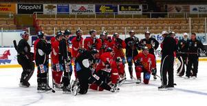Genomgång. Nye tränaren Magnus Arvedson ger instruktioner under gårdagens träning. Foto:Gunnar Bäcke