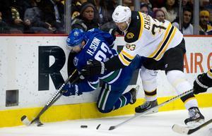 Daniel Sedin uppvaktas hårt av Bostons kapten Zdeno Chara. Matchen som sådan gick Vancouver vinnande ur.
