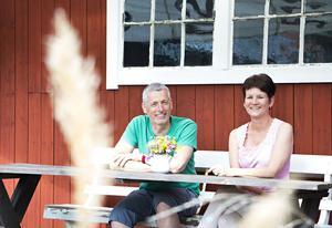 Johan Lindblom och Anna-Karin Halls fritidshus ligger inte bara vid havet – utan även på det.