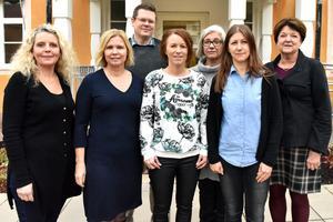 Ewa Byström, Malin Höglund, Mikael Nyman, Marie Edbom, Pia Blomstedt, Karin Hansson och Anna-Lena Hållmats-Bergvik utanför Socialförvaltningen i Mora.