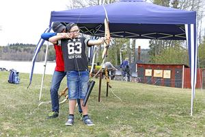 Nora bågskytteklubb erbjuder testskytte med pil och båge. Vilgot Wall gör ett försök med hjälp av instruktör Mathias Andersson.