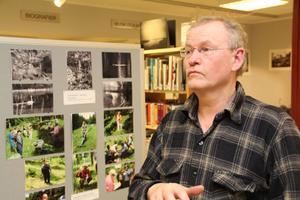 Torsten Hansson envisas med att plåta med kamera av ädel modell.– Svartvita bilder serverar inte allt. De överlåter till betraktaren att tänka vidare, säger han.