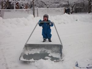 Liam 1½ år är trött på snöskottningen!