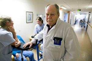 JOBBAR FORTFARANDE. Trots att Rutger Seth gick i pension förra året arbetar han fortfarande. På Gävle sjukhus stroke-enhet.