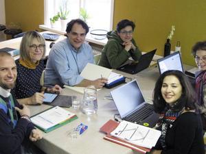 Lärare Nicklas Persson, Lotten Andersson, Nektarios Moumoutzis, Isabella Belcari, Teresa Dello Monaco och Cinzia Laurelli har här samlats i Viksjöforsbalettens lokaler.