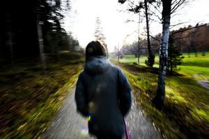 Rädd. Anna vill helst inte gå ut ensam efter mörkrets inbrott efter att hon blivit jagad av en okänd man.