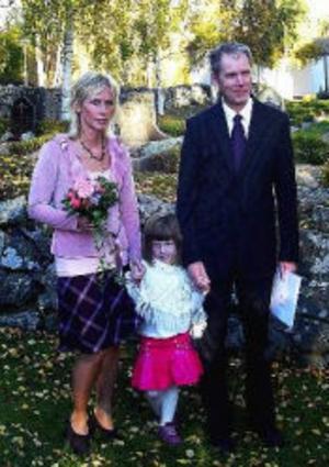 I samband med sonen Carl Johan Victors dop den 8 oktober överraskades släkt och vänner även med en vigsel. Dopet och vigseln mellan Maria Pettersson och Jonny Nissilä förrättades av Birgit Huss. Båda behåller sina efternamn. Med på bilden är också dottern Vilma. Familjen är bosatt i Sundsvall.Foto: Mats Nissilä