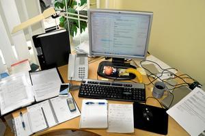 Vid sidan av datorn är kalendern, telefonen och de olika att göra-listorna de viktigaste arbetsredskapen.
