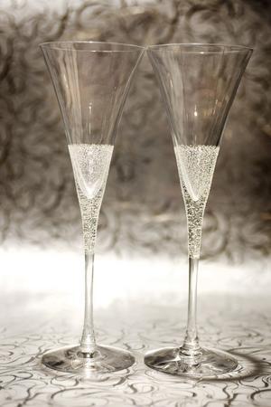 Love is Divine är en hyllning till Victoria och Daniels kungliga bröllop. Lyxiga bröllopsglas med skira ränder och gnistrande kristallis som strösslet på en glass för extra skimmer, designade av Erika Lagerbielke åt Orrefors. Finns på Cervera, kostar 1 199 kronor för två.