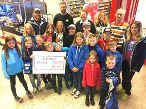 Glada barn, handlare, säljare och föreningsrepresentanter firade att Lofsdalens SK fick 40 000 kronor.