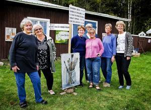 Lena Backman, Karin Rolén Nordstrand, Barbro Bäck, Elisabeth Marcusson, Gunilla Englund, Eva Sollander och Birgit Nyman Ericsson ställer alla ut hos Lena Backman vid Medskogsbron.