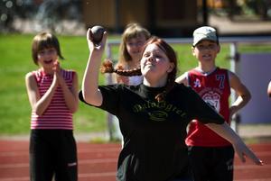 Stark Furudaling. Sara Andersson från Furudals skola svepte iväg kula i en imponerande lång stöt.