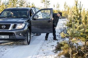 I väntan på mer snö spåras vargen från bil längs skogsbilvägarna.