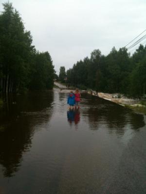 Översvämning på Stakhedsvägen i Nyhammar.