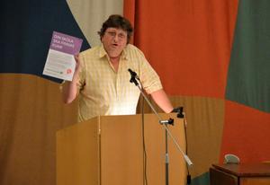 Kristdemokraten Thomas Hagenfors visade upp det flygblad som Socialdemokraterna skickat ut i kommunen. -
