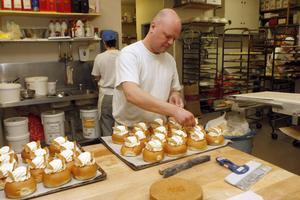 Peter Skalberg, bagare vid Konditori Finess i Ljusdal kan konsten att färdigställa en semla. Nu är det bråda tider, trots att semmeldagen infaller först om en månad.