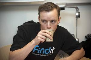 KOFFEIN TILL HJÄRNAN? Klockan är strax innan 14. Inom 22 timmar ska Mattias Lindqvist och hans lagkamrater presentera en smart idé på hur ungas teknikkunskaper kan användas i industrin. Bäst att ladda med lite kaffe.