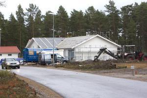 Det är full fart på byggmarknaden i Hudiksvall, trots lågkonjunkturen.