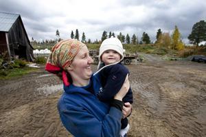 Angela Stone-Karlsson med sonen Rasmus, en ung bondfamilj i Slussfors, Storuman. Från invigningsutställningen Liv i Västerbotten.