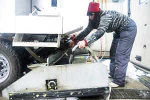 Efter spolningen måste ismaskinen tvättas ren från is och snö.