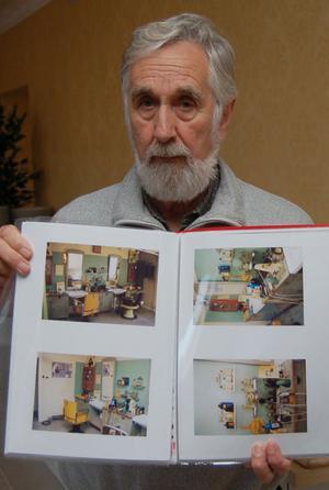 Leif Lorentzon visar upp några äldre Monteliusbilder som hembygdsföreningen fått in. De här fotografierna är tagna av Göran Fagerlund i den gamla frisersalongen.