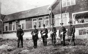 Socknens sanatorium vid Räfsnäsvägen innan det blev lågornas rov. Vid fototillfället var Frälsningsarméns hornmusikkår på plats för att spela för personal och patienter.