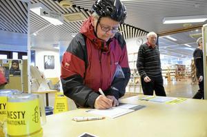 Gör skillnad. Mona Karlsson skriver gärna på Amnestys namnlista.