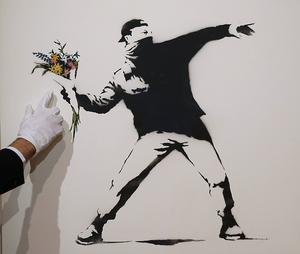 Ett av Banksys verk har sålts på auktion i London för 2,5 miljoner kronor. På bilden syns ett annat verk av graffitikonstnären som också såldes på auktion för ett par år sedan.
