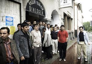 Minnesstund. Många samlades i den kurdiska föreningens hus i går för att dela sin sorg. Foto:Stina Rapp
