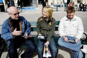 Stadsflanören Denise Berglund har hört talas om e-papperet men inte riktigt trott att det var sant. – När kan man få läsa tidningen så här? frågar hon ST:s Svenåke Boström och Fredrik Welander.