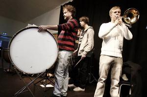 BOM,BOM. Elever från Kulturskolan, under ledning Krister Pettersson, står för brass och slagverk.Foto: Annakarin Björnström