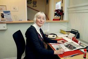 TROGEN. I tio år har Kerstin Eriksson servat kunder i Tierp. Men sammanlagt har hon jobbat hela 43 år på kundtjänsten i Skutskär, Gävle och Tierp.Foto: Conny Svensson