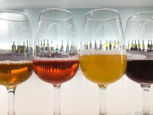 """22 nya öl med vitt skilda färger, karaktärer och smaker lanseras på Systembolaget i juli. Tyvärr finns många av dem i små kvantiteter så det gäller att """"hänga på låset"""" om du vill ta del av godsakerna."""
