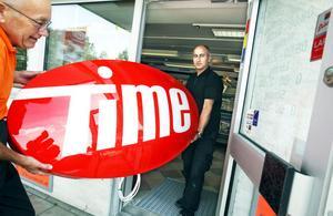 Göran Thyberg och Welat Abdulkader förbereder öppningen av Sörbybornas nya närbutik.